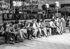 商人有午休在金丝雀码头-伦敦-大英国- 2016年9月19日 免版税库存照片