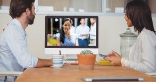 商人有在计算机上的电视电话会议在办公室 库存图片