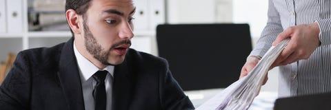 商人有大量与文件一起使用 免版税库存图片