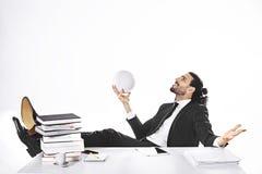 商人有橄榄球荣耀梦想在办公室 免版税库存图片
