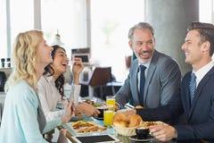 商人有膳食在餐馆 免版税库存图片