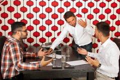 商人有讨论在会议上 免版税库存图片