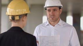 商人有问题和恼怒在建造场所大厦 免版税库存照片