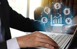 商人有Fintech ov的货币符标志的用途膝上型计算机 库存图片
