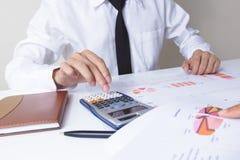 商人检查严重分析财务报告礼物项目 工作项目的职业投资者 财务manag 图库摄影