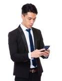 年轻商人检查在手机的电子邮件 免版税图库摄影