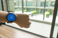 商人检查的时间神色smartwatch对见面 库存照片