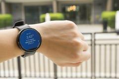 商人检查的时间神色smartwatch对见面 免版税库存照片