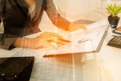 商人检查赢利文件和计算并且注意在家花费的数据 免版税库存图片