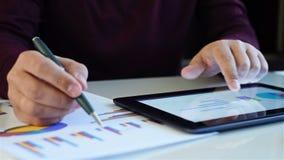 商人检查财务数据 股票视频