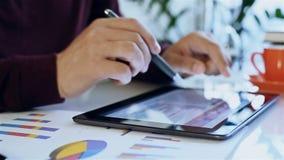商人检查财务数据 影视素材