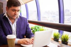 商人检查他的在计算机上的电子邮件 免版税库存照片