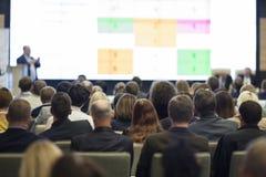 商人概念和想法 大人会议观看的介绍图的 免版税库存图片
