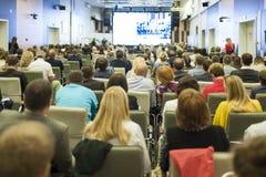 商人概念和想法 大人会议观看的介绍的在一个大屏幕上 免版税库存图片