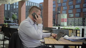 商人浏览片剂回答智能手机, steadicam 股票视频