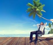 商人海滩放松到异地度假概念 免版税库存照片