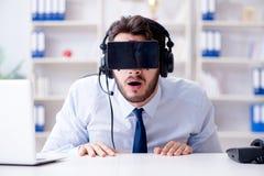 商人游戏玩家在打比赛的办公室 免版税库存图片
