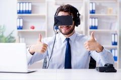 商人游戏玩家在打比赛的办公室 库存图片