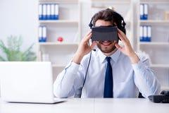 商人游戏玩家在打比赛的办公室 免版税库存照片