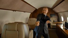 商人滑稽跳舞里面私人喷气式飞机 股票录像