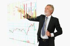 商人点他的对数字式股市信息b的手 免版税图库摄影