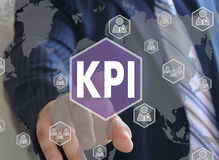 商人点击按钮KPI,主要绩效Indicato 库存图片