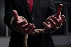 商人用在绳索绑住的手 库存照片