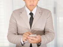 商人用途事务的一个巧妙的电话 免版税库存照片