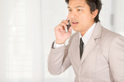 商人电话一个智能手机在办公室 图库摄影