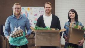 商人画象在有回收的材料办公室 股票录像