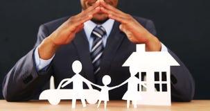 商人的中间部分与保险开关纸链子家庭的与手的保护 股票录像
