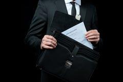 商人的中间部分在拿着有纸的衣服的公文包 免版税库存图片