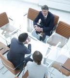 商人的交谈在一间现代会议室 图库摄影