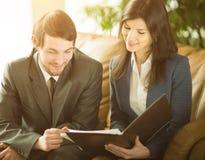 商人的图象听和谈话与他们的同事在会议上 免版税库存照片