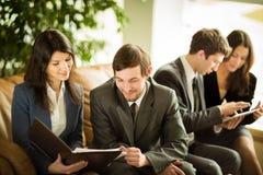 商人的图象听和谈话与他们的同事 免版税图库摄影