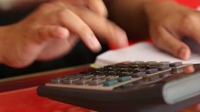 商人的手使用计算器的 股票录像
