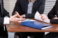 商人的手在会议期间在办公室 免版税库存照片