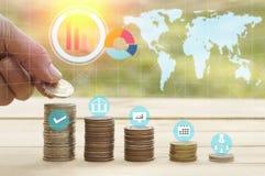 商人的手在堆在成长、挽救和资本金钱把金钱放coinsm上,概念 免版税库存图片