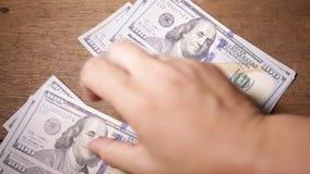 商人的手的特写镜头计数美金的 股票录像