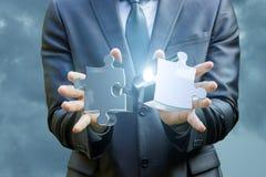 商人的手连接两难题 免版税图库摄影