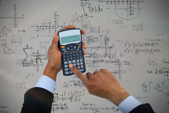 商人的播种的手的综合图象使用计算器的 免版税库存图片
