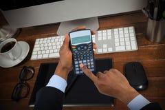 商人的播种的手的综合图象使用计算器的 免版税图库摄影
