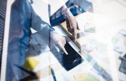 商人的概念使用流动小配件的 特写镜头视图,指向显示数字式片剂的女性手 双 库存照片