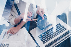 商人的概念使用移动设备的 特写镜头女性手感人的黑屏幕片剂在coworking的地方 图库摄影