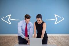 商人的综合图象使用膝上型计算机的反对白色背景 免版税库存照片