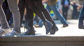 商人的脚走在伦敦市的 繁忙的现代生活概念 图库摄影
