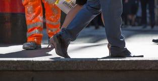 商人的脚走在伦敦市的 繁忙的现代生活概念 库存图片
