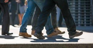 商人的脚走在伦敦市的 繁忙的现代生活概念 免版税图库摄影