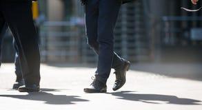 商人的脚走在伦敦市的 繁忙的现代生活概念 库存照片