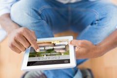 商人的综合图象使用数字式片剂的在创造性的办公室 库存照片